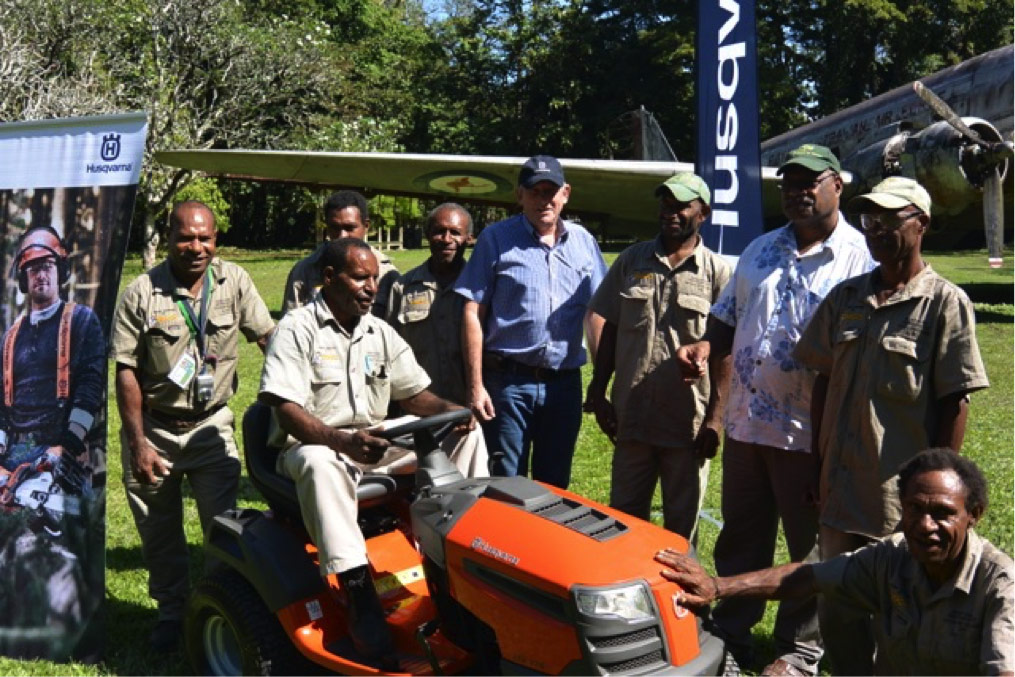 Farmset delivers training to PNGFRI's seven grounds people: From Left Michael Lovave Theo Tuiwain, , Taikone Embe, Klain Yatu, Merv Stephens, Paul Kaike, Dr Martin Golman, Hemmy Yossam, Jackol Anga.